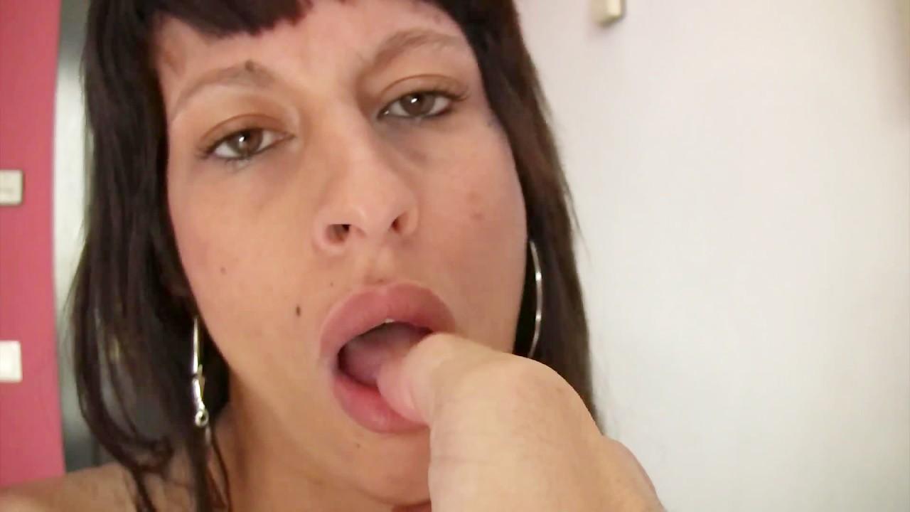 Шлюха тощий девушка глотать все сперма. домашнее порно видео