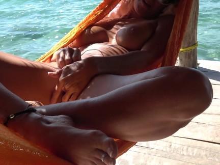 Горячая брюнетка мастурбирует снаружи на гамаке кончает ницца