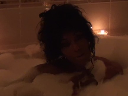 Bubbles In The Bathtub. FBB Vixen and Muscle Goddess LDR Goes Riske