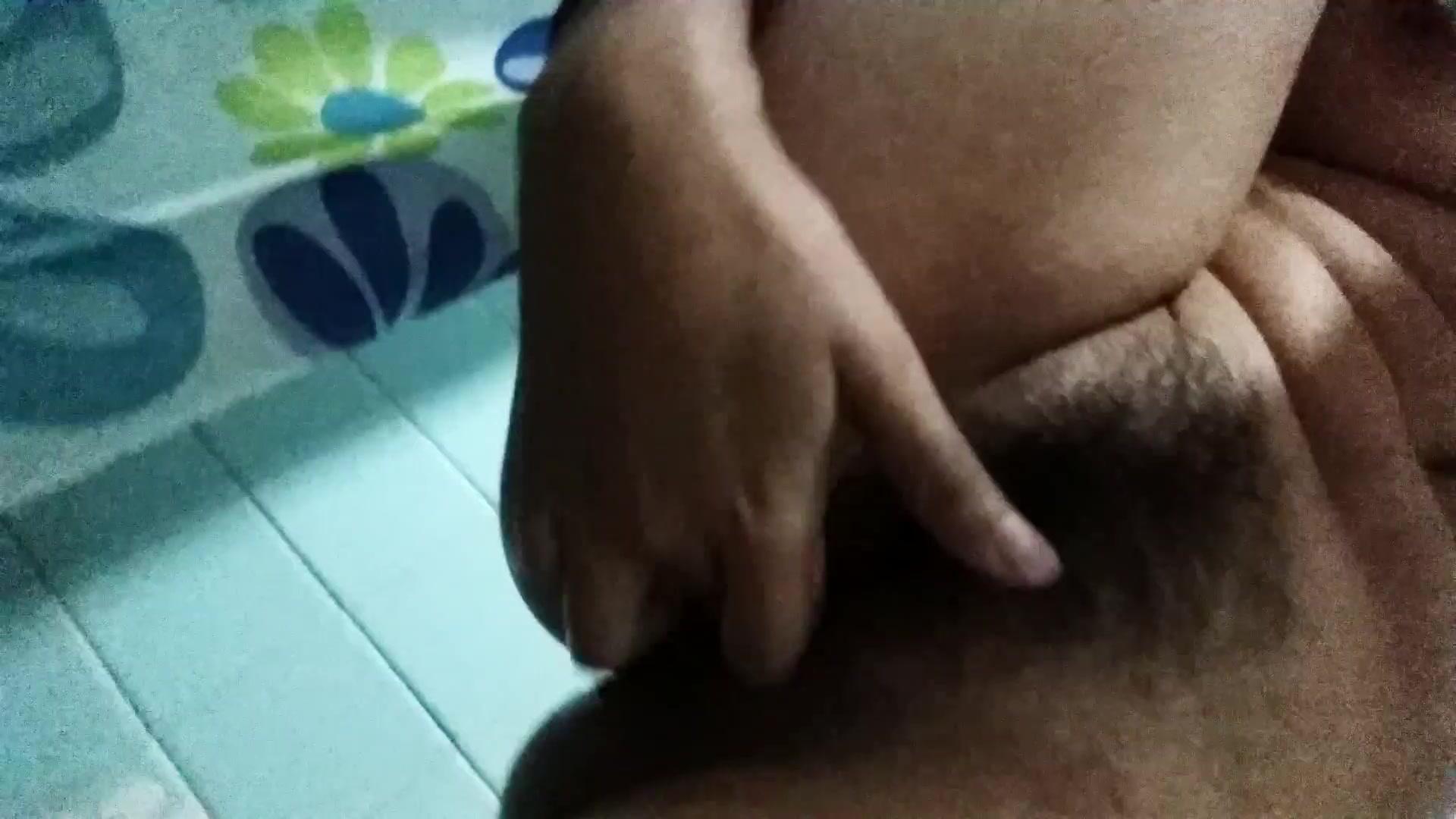 Кудрявый парень трахает молоденькую брюнетку во все дырки в комнате отдыха