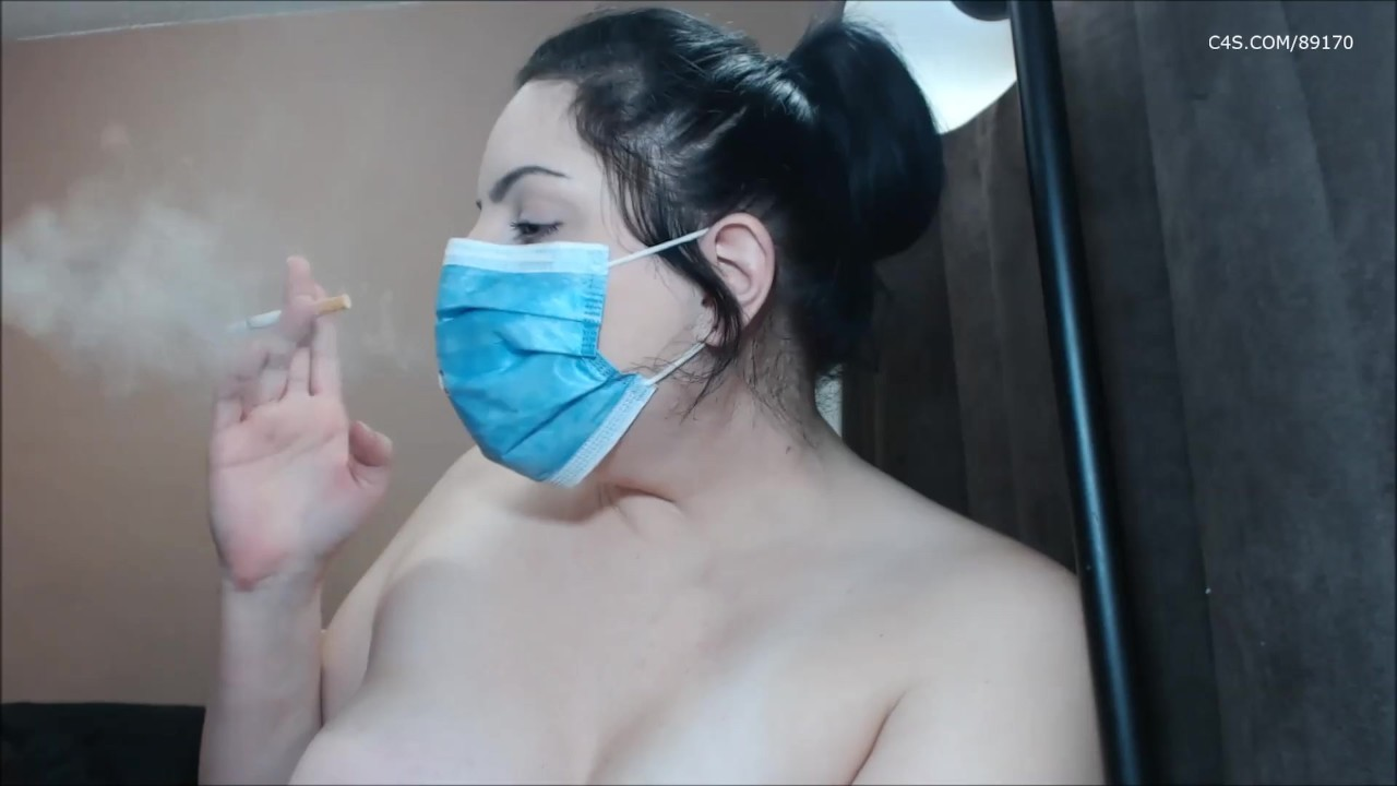 Курит через медицинскую маску