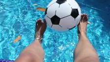 ¡Mis pies divirtiéndose en la piscina!
