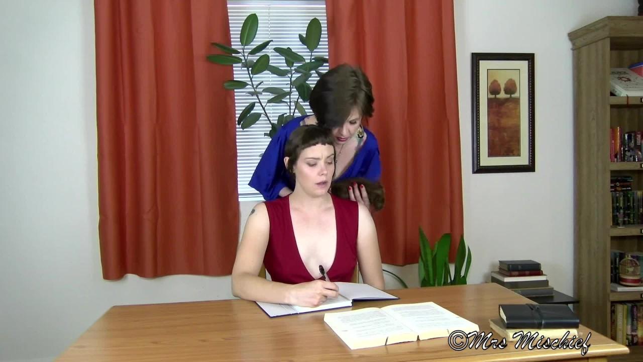 Умерщвление белль-молодой стажер раздели и ласкается по мамаша босс