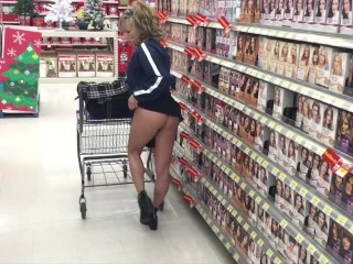 WALMART STORE DARING FLASH OF PUSSY AND GREAT MILF ASS