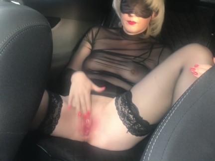 Публичная жесткая мастурбация Милфа возле занятой дороги - влажная киска
