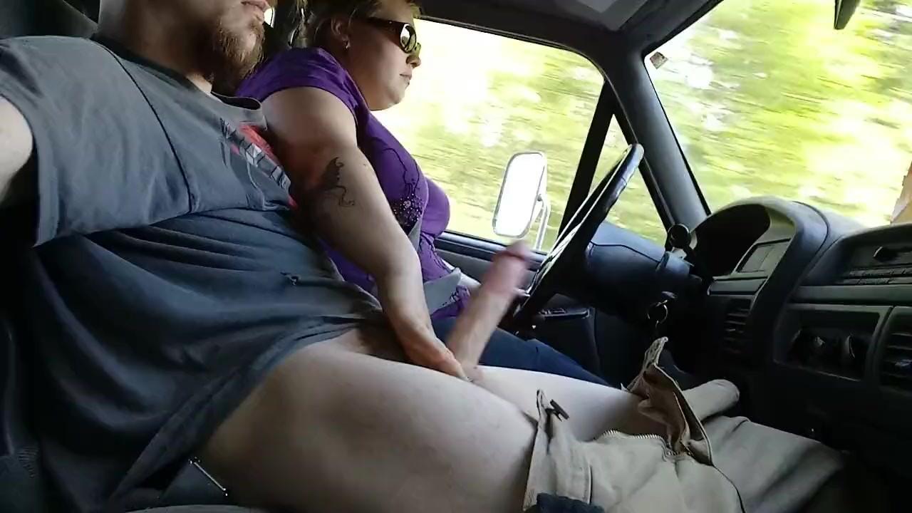 На дороге мастурбирует