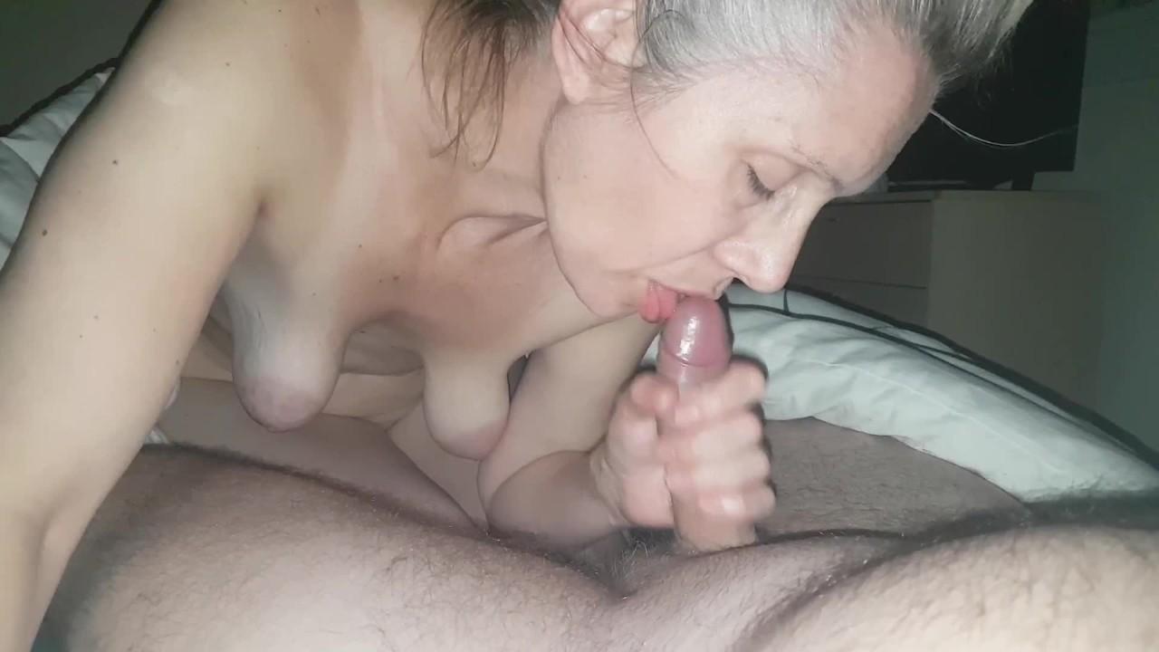 Горячая сосет член, сперма рот