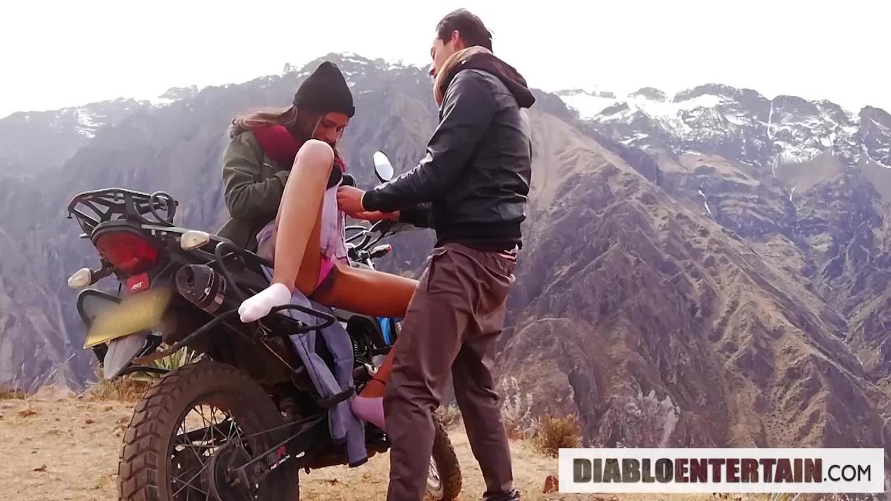 Быстрый в холодных горах после поездки на мотоцикле