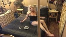 Спортивную поджарую блондинку жарит ебарь в мягкой постели