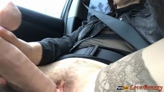 Masturbazione con la figa pelosa in macchina