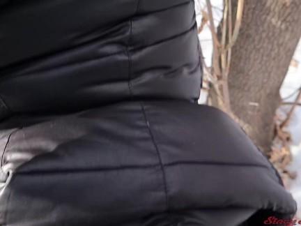 Молодая девушка трахалась незнакомец в зимнем парке