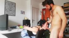 Etudiante soumise punie attaché se fait baiser la bouche en gorge profonde