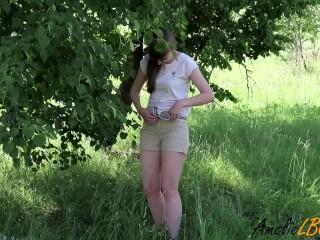 Красивая девушка дала кончить ей в киску на прогулке