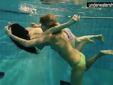 Андреа и Моника горячие подростки в горячем бассейне
