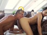 DADDY4K. Erica Black tiene sexo salvaje con el papá de BF a sus espaldas
