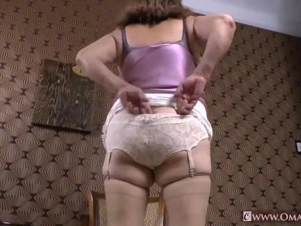 Omageil Sexy granny masturbates her pussy