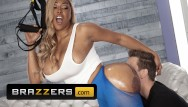 Phat ass model Brazzers - phat ass ebony moriah mills takes white cock at the gym
