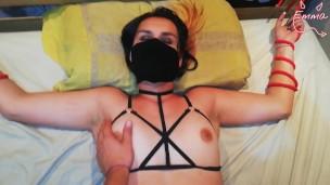 Пытает девку в маске и БДСМ атрибутике пальцем и членом