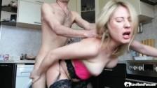 Паренек взял раком жену блондинку на кухне, смотри секс видео