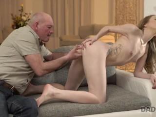 Farfar förför sitt barnbarns flickvän