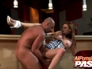 Den skalliga killen knullar den förföriska flickan hårt i baren