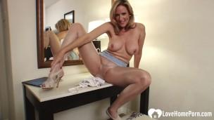Блонда ласкает писю под колготками, порно видео в нижнем белье