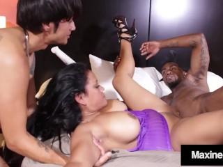 Den förföriska asiatiska sexdockan och de två stora kukarna