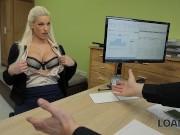 LOAN4K. Hot Teen blonde Mädchen wird eine Schlampe, um Geld für E-Shop zu bekommen