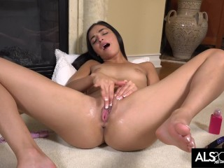 Emily Willis Spreads Her Pussy and Masturbates for You