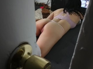 Sorprende a mi hermanastra viendo porno que me chupa la polla y me corro en su culo