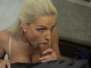 VIP4K Hot Teen blonde Mädchen wird eine Schlampe, um Geld für E-Shop zu bekommen