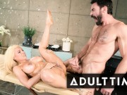 Surprise Masseur Leads to Crazy Squirting for Hottie Luna